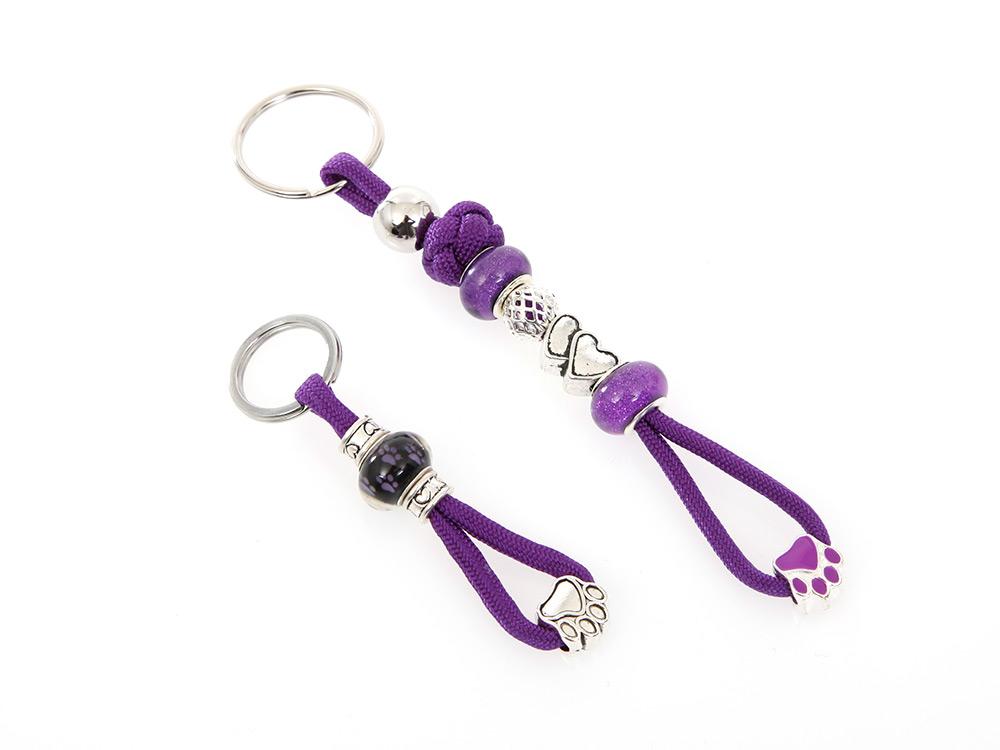Mein lila Schlüsselanhänger mit Schmucksteinen